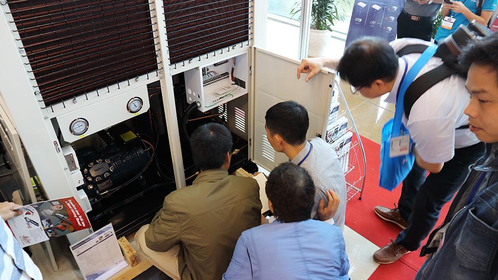 Triển lãm HVACR 2018 tại Hà Nội ngày đầu tiên, công ty kho lạnh Kikentech tiếp đón, giới thiệu các sản phẩm Sungjin tới quý khách tham quan. Tham quan gian hàng A 09 để giao lưu, gặp gỡ, tìm hiểu các sản phẩm cao cấp Sung Jin. Công ty Kikentech độc quyền phân phối sản phẩm Sung Jin tại Việt Nam.