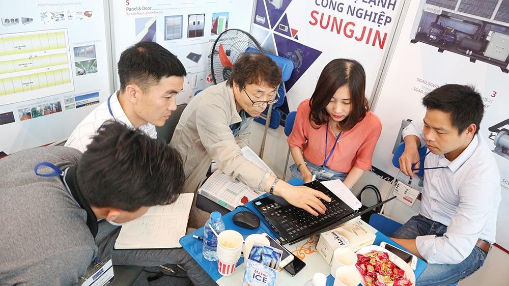 Sáng thứ 2 giới thiệu sản phẩm Sungjin tại triển lãm HVACR 2018 diễn ra thuận lợi và rất đông khách tham quan. Tới ngay gian hàng A-09 để tham quan triển lãm giới thiệu sản phẩm Sungjin ngay hôm nay.