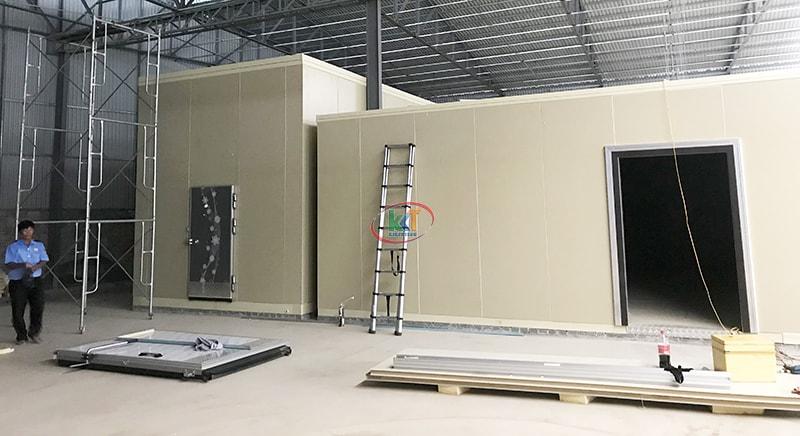 Dự án lắp đặt kho lạnh công nghiệp ở Hà Nội đi vào ngày cuối. Sau 3 ngày thi công lắp đặt kho lạnh công nghiệp Hà Nội chúng tôi đã hoàn thiện vỏ kho lạnh